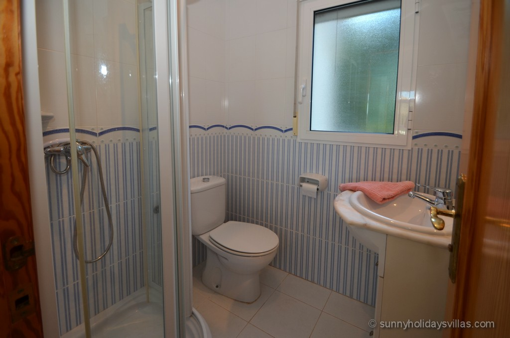 Small bath inbetween entrance and kitchen